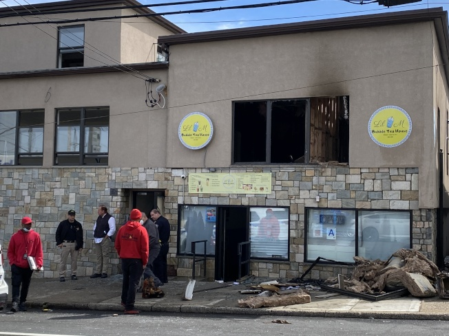 史泰登島一間華裔經營的奶茶店樓上20日早晨發生大火,警方最新調查發現有人為掩蓋傷人案而故意縱火。(知情人士提供)