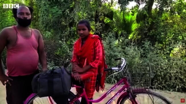 印度15歲少女喬蒂.庫瑪里(右)騎單車載著受傷父親回到1000多公里外的家鄉。(截自YouTube BBC)