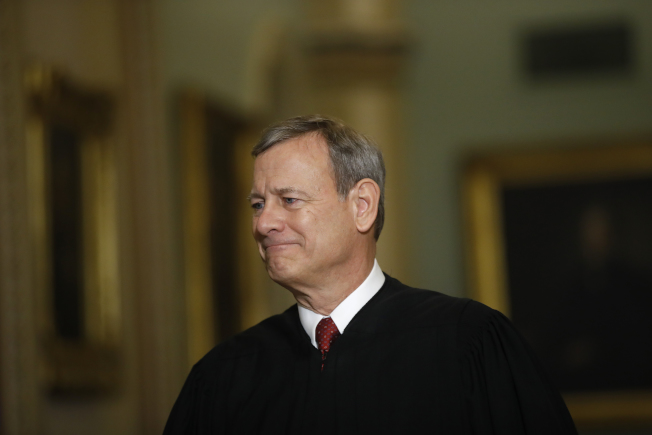最高法院首席大法官羅伯茲13日透過視頻,在兒子高中畢業典禮上勉勵畢業生「是你們開始在世界上留下自己成績的時候了」。(美聯社)