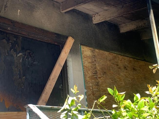 起火房屋有明顯煙熏痕跡。(記者張宏/攝影)