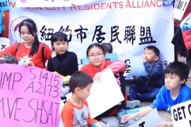 市教育局下周起將在五個行政區舉辦招生錄取公聽會,多個亞裔組織呼籲家長發言,反對取消篩選入學制度。(紐約市居民聯盟提供)