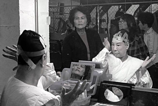 歌劇演員在後台化妝準備。(取自黎怡臉書)