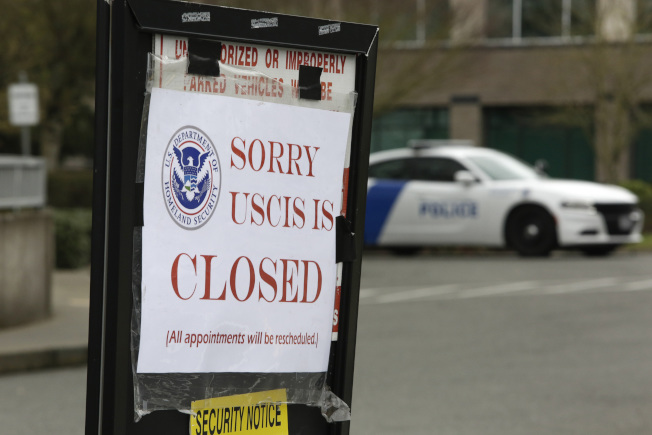 聯邦移民局在新冠疫情期間關閉,各類申請仍正常受理。(Getty Images)