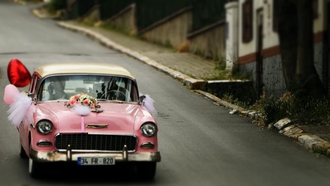 疫情期間,借自己精心裝飾的彩車向親人和愛人表達心意也是一個溫馨的選擇。(圖片來源:unsplashed無版權圖片)