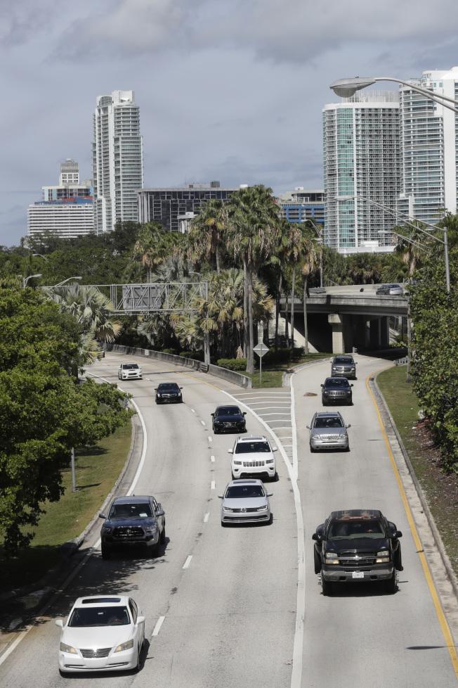 全美陸續解封,各州高速公路車流開始明顯增加,但專家指出,過早重啟或預防措施不足的地區,有爆發第二波感染疫情的風險。(美聯社)