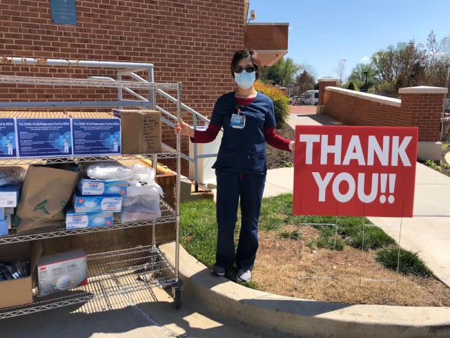 整個4月,她除了在一線工作,就是在幫忙社區協調物資捐贈,華人社區在這次疫情中貢獻很大。(袁珍提供)