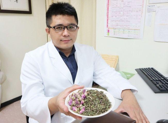 衛生福利部台北醫院中醫科醫師賴博政建議自製「玫瑰薄荷疏肝茶」,以食療幫助疏肝解鬱、安神定心,減緩失眠困擾。(圖:台北醫院提供)