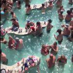 真不怕死?密州泳池人潮爆滿 無人戴口罩也未保持距離