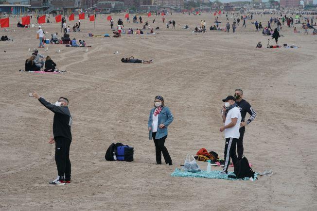 疫情之下,長島各海灘雖在國殤日周末開放,但要求民眾嚴格執行各項防疫規定。(Getty Images)