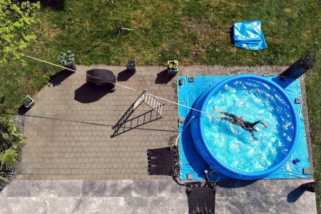 因新冠疫情,家庭在後院安裝泳池的需求激增,相關產品熱銷。(Getty Images)