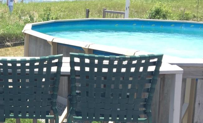 因為新冠疫情,很多家庭考慮在後院安裝游泳池。(記者朱蕾/攝影)