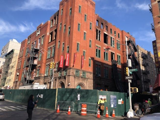 茂比利街70號大樓大火發生至今已經四個多月,對於要保留或重建,社區持不同聲音。(記者顏嘉瑩/攝影)