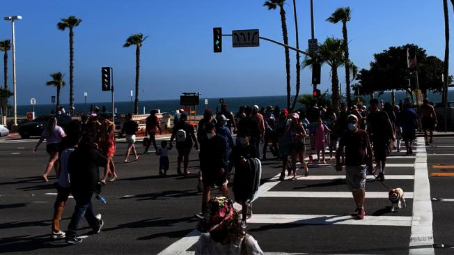 24日中午,許多遊客前往威尼斯海灘。(記者陳開/攝影)