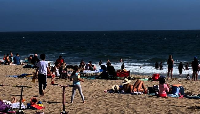 許多民眾無視規定,堅持曬日光浴。(記者陳開/攝影)