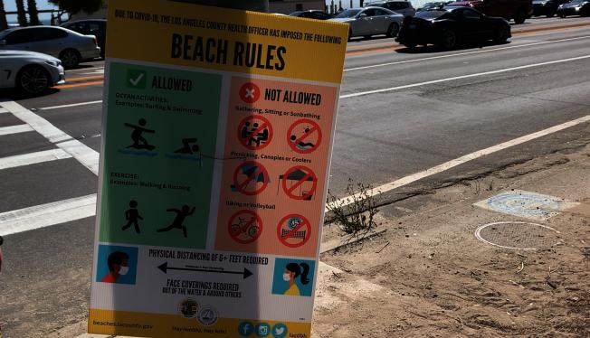 海灘要道上擺放相關規定。(記者陳開/攝影)