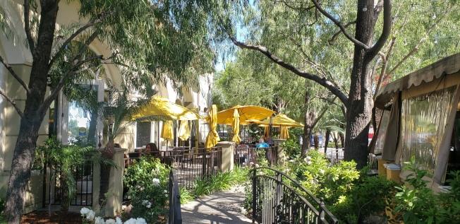 位於Promenade購物廣場的一家西餐廳開放室外用餐,已有食客前來享受美食。(記者鄭敖天╱攝影)