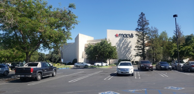 儘管范杜拉縣政府已允許開放市內購物,梅西百貨依然關閉。(記者鄭敖天╱攝影)