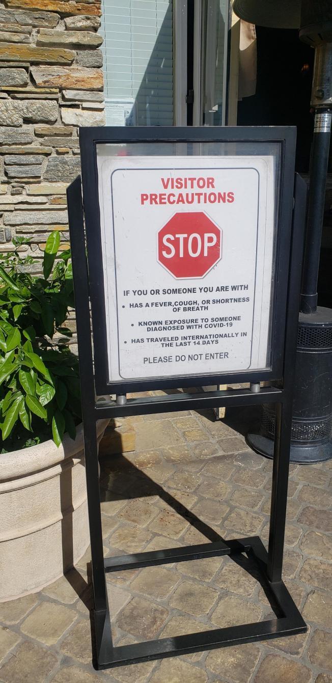 范杜拉縣一家開放室外用餐的餐館門前的警示牌。(記者鄭敖天╱攝影)