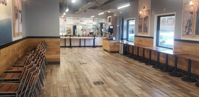 范縣一家依然不開放市內用餐的三明治店。(記者鄭敖天╱攝影)