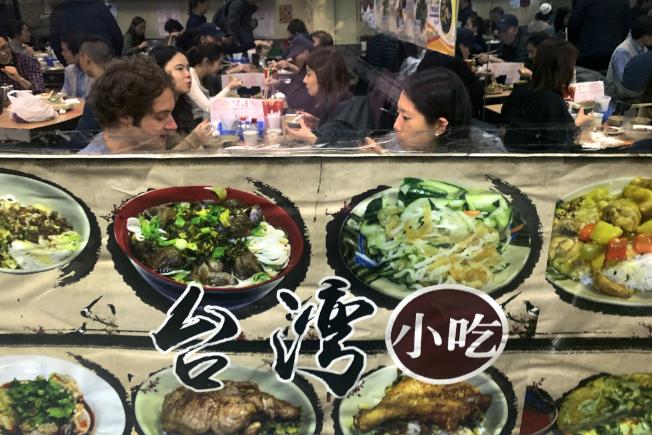 圖為紐約市一家中餐館的顧客在店內享用美食。(美聯社)