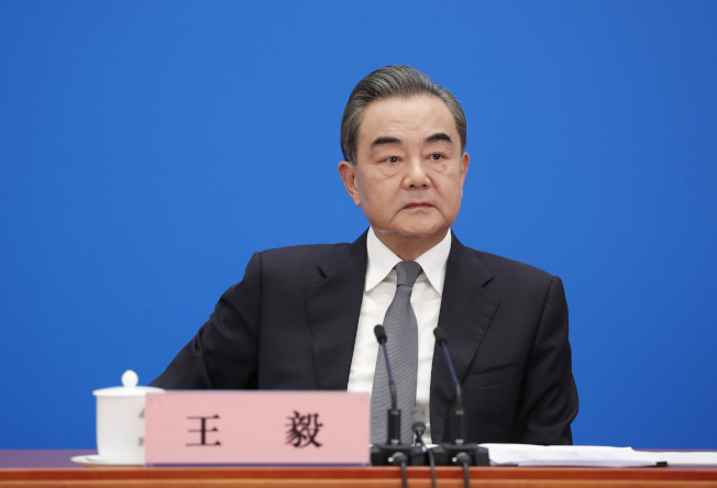 中國外長王毅24日在北京中國人大以視頻進行的記者會上強硬反駁美國的指控。(中新社)