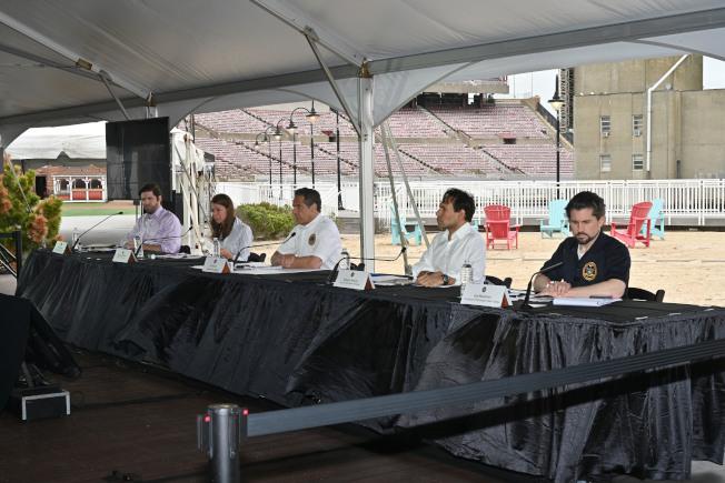 長島復工在即,葛謨表示大都會運輸署將對長島鐵路每趟列車增加車廂,以確保乘客在車上能夠遵守社交距離。(州長辦公室提供)
