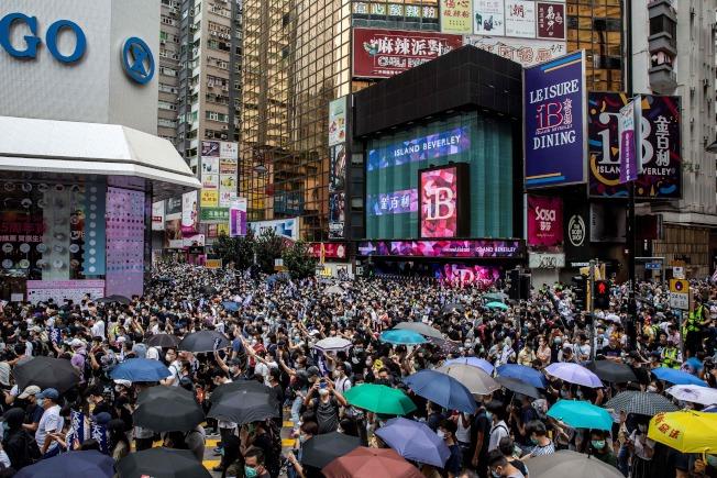 大批香港民眾23日下午齊聚銅鑼灣舉行抗議港版國安法的「反惡歌法大遊行」活動。(Getty Images)