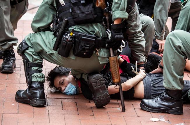 24日在銅鑼灣參加港版國安法的「反惡歌法大遊行」的港人,遭到港警壓地逮捕。(Getty Images)