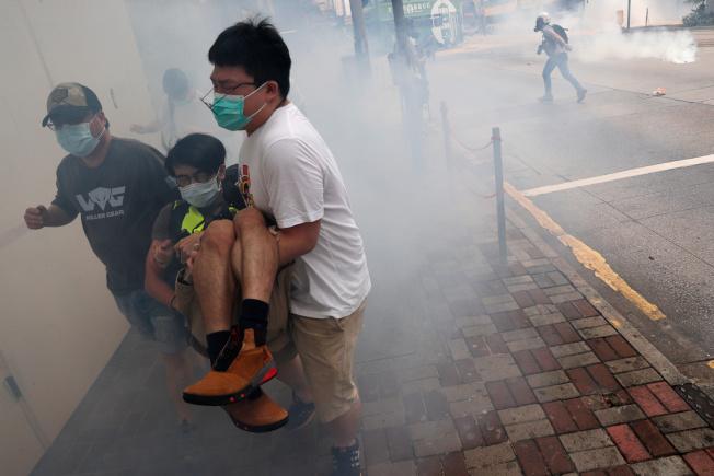 示威抗議香港民眾逃躲港警發射的催淚彈。(路透)