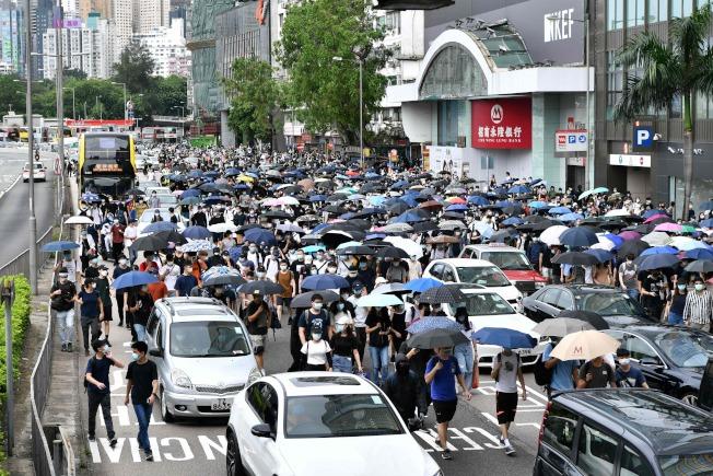 大批港人24日參加抗議港版國安法活動,圖為遊行示威人潮癱瘓交通。(Getty Images)
