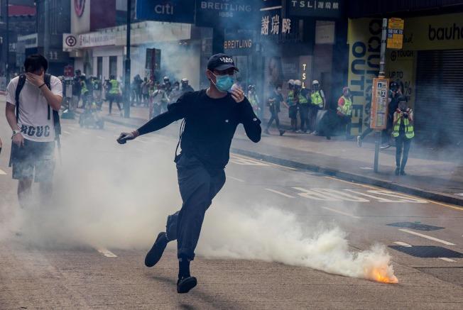 大批香港民眾23日下午齊聚銅鑼灣舉行抗議港版國安法的「反惡歌法大遊行」活動,港警以催淚瓦斯驅散抗議人潮。(Getty Images)