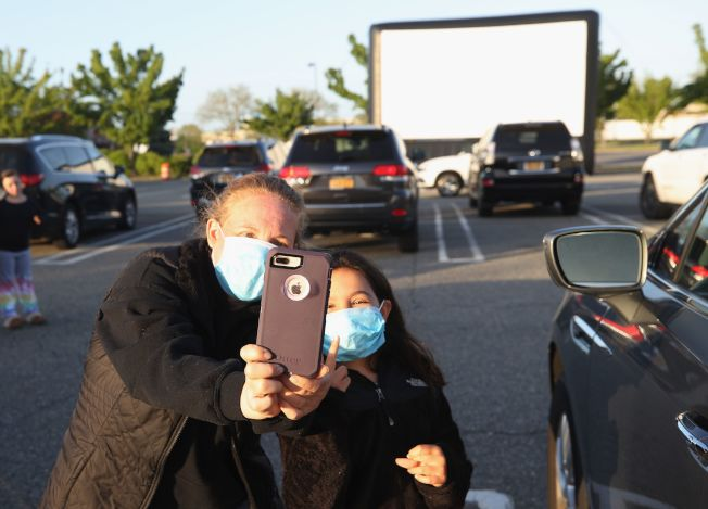 紐約州長島的露天電影院,因新冠疫情衝擊,讓人難再進電影院,原本消失的客天電影院又應運而起。(Getty Images)