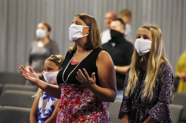 在亞歷桑納州的教會上,大家都戴上口罩參加24日禮拜。(美聯社)