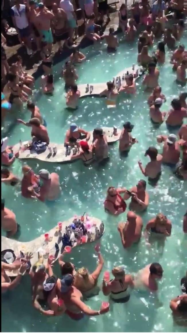 密蘇里州泳池派對。(Scott Pasmore推特截圖)
