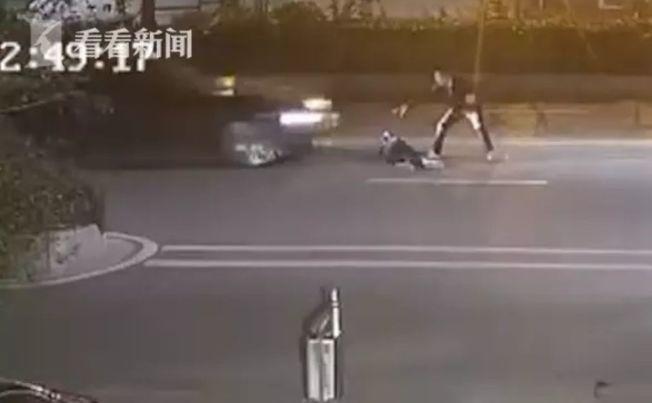 小轎車直接朝情侶撞去。(視頻截圖)