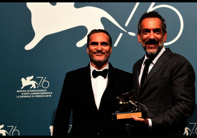 「小丑」導演陶德菲利浦(右)、男主角瓦昆菲尼克斯(左)去年曾一同上台領取威尼斯影展最高榮譽金獅獎。(路透)