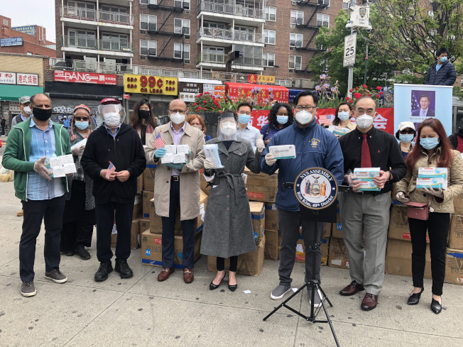 金兌錫、楊愛倫、華人社團向法拉盛社區發放6萬個口罩。(金兌錫辦公室提供)