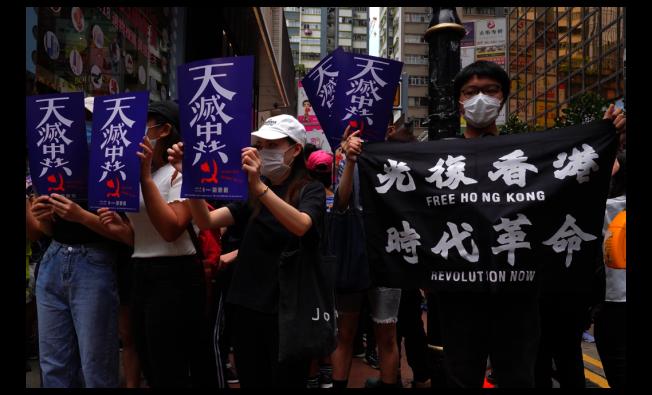 香港24日有數千人上街表達反對北京強行制訂「港版國安法」。(美聯社)