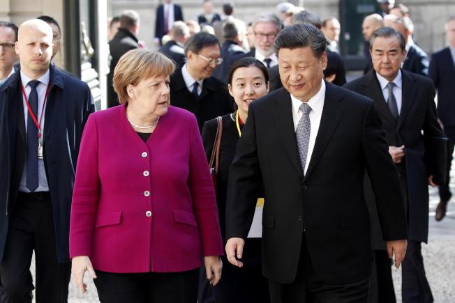 根據歐盟首席外交官,亞洲世紀也許已經來臨,美國主導的全球體系告終,歐盟選邊站壓力變大。圖為中國國家主席習近平去年3月訪歐時與德國總理舉行雙邊會談。歐新社