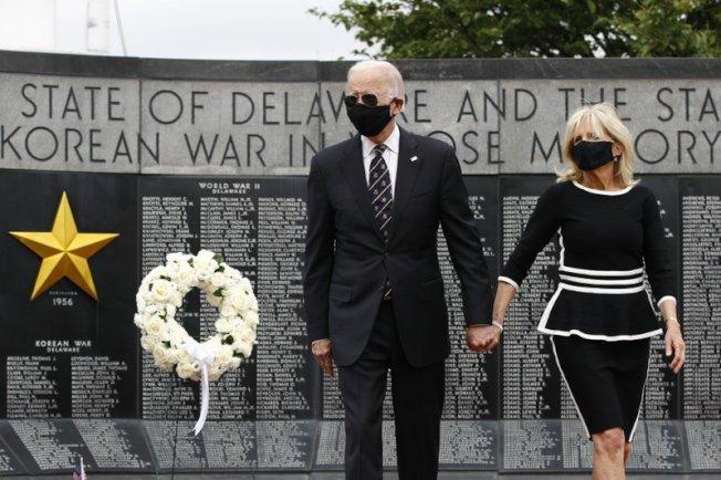 民主黨準總統參選人白登(Joe Biden)偕妻到德拉瓦州住家附近的威明顿(Wilmington)退伍軍人紀念碑獻花致意,這是拜登兩個多月來首度公開露面,兩人均戴口罩。美聯社