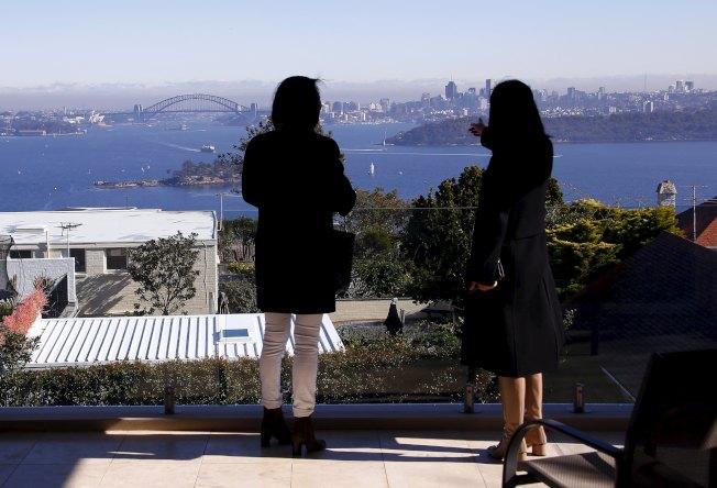 房仲業者帶著來自中國上海的客戶,參觀可以眺望雪梨港的一處房產。  路透