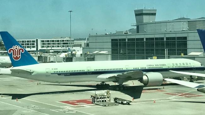 中國南方航空CZ 8394航班於24日包機接載部分中國留學生回國,目前在南航官網上已經難以買到近期從洛杉磯直飛廣州的機票。(記者黃少華/攝影)