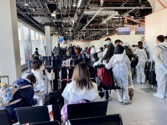 前一時期有中國留學生全身穿好防護裝備,從美國飛往荷蘭阿姆斯特丹,之後轉機到上海。(圖片由鄺鐵誠提供)