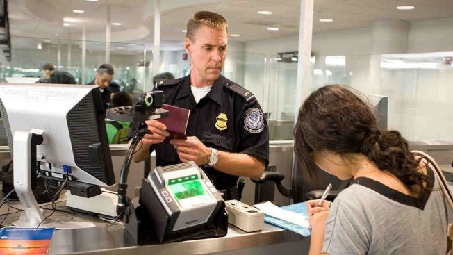 有中國公民反映,出境時被美國海關長時間盤問。圖為洛杉磯國際機場的海關及邊境保護局工作人員。(取材自頭條號)
