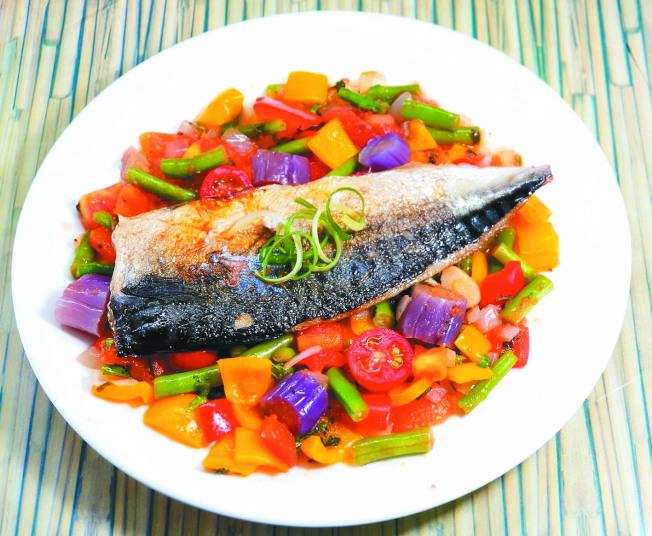 香煎鯖魚佐茄汁彩蔬醬