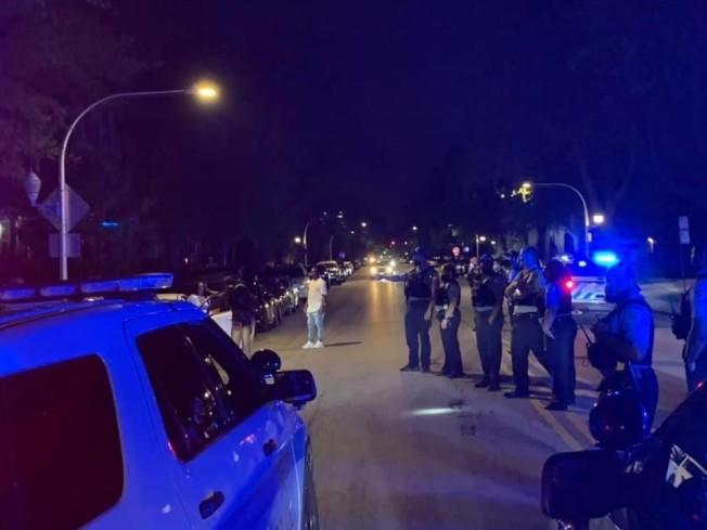 芝加哥警察維護治安同時,還必須驅散違規聚眾行為。(芝加哥警察局)