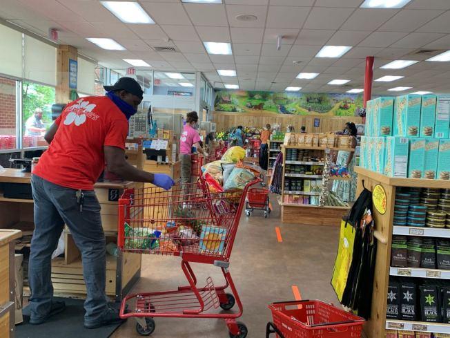 大華府地區民眾防疫意識漸強,超市員工和民眾已習慣戴口罩或面罩,並保持社交距離。(記者張筠 / 攝影)