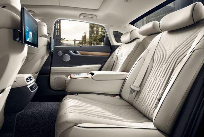 儘管新世代車型轉往轎跑風格,但全新第三代Genesis G80將第二排座椅高度降低,讓乘客的頭部空間與腿部空間因而增加。 (取自Hyundai)