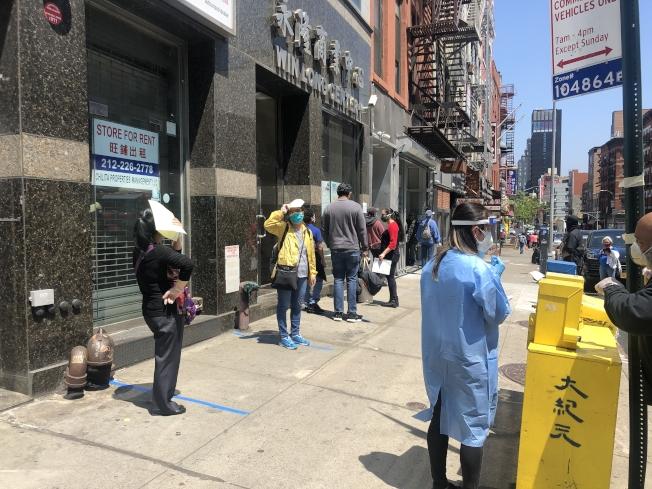 開設首日排隊的民眾不算多,需等待約20分鐘。(記者張晨/攝影)