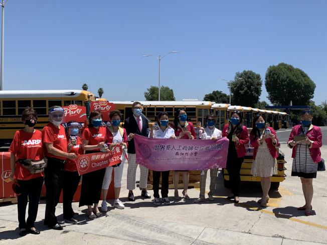世界華人工商婦女企管協會南加州分會與AARP樂齡會洛杉磯華人分會,26日聯合為哈岡-拉朋地(Hacienda-La Puente)學區,捐贈營養食品給弱勢兒童。(記者謝雨珊/攝影)